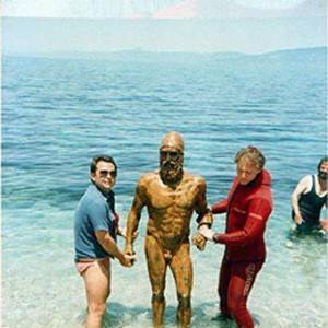 One of the bronzes with divers who brought it out of the sea.